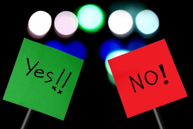 Das konzept der abstimmung, schild mit dem wort ja auf grünbuch und nein auf rotem papier