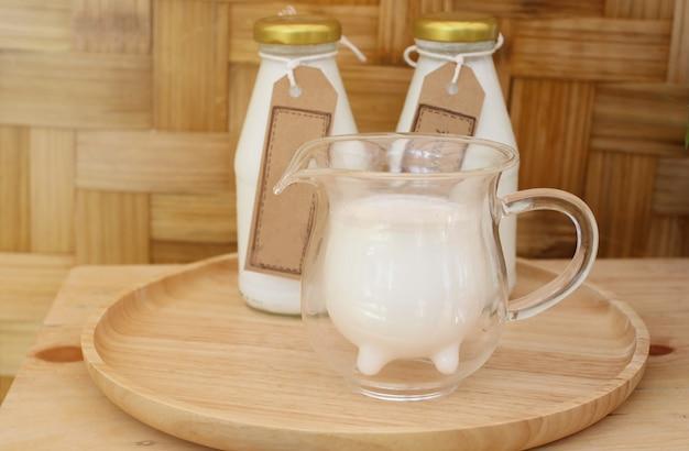 Das konzept der frischen kuhmilch des täglichen bauernhofprodukts