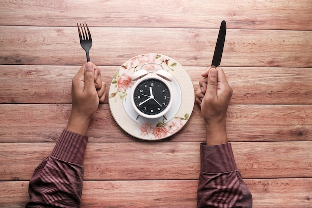 Das konzept der gesunden ernährung, wecker auf teller