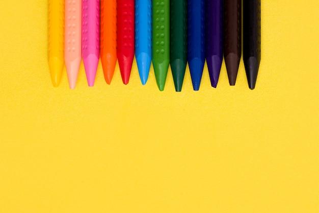 Das konzept der kreativität von kindern. buntstifte.