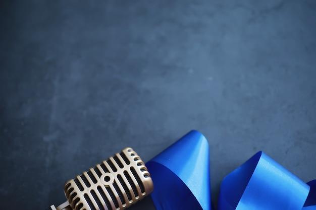 Das konzept der medienpräsentation. retro-mikrofon im hintergrund. konzert- und showplakat. cover des musikalbums.