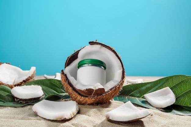 Das konzept der naturkosmetik. ein glas sahne ist in einer kokosnuss
