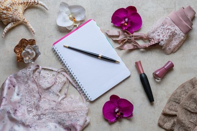 Das konzept der schönheit im blog, nachthemd, gürtel für strümpfe, kosmetik, parfüm.