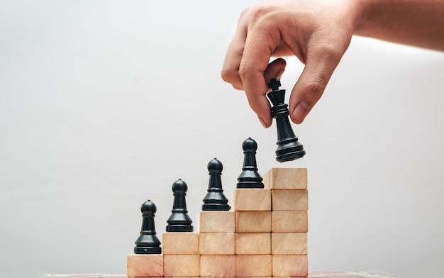 Das konzept der strategie im geschäft mit einem schachbrett
