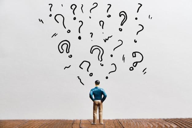 Das konzept der verwirrung und das finden von antworten auf fragen zu zeichen und persönlichkeit.