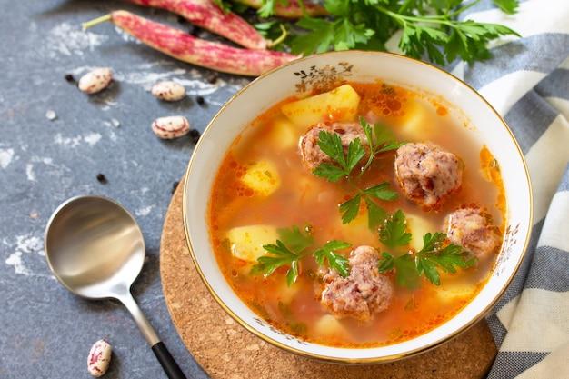 Das konzept des gesunden und diätetischen essens gemüseherbstsuppe mit bohnenbällchen