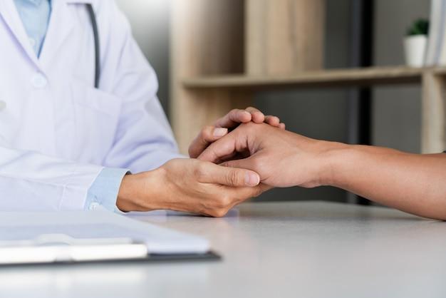 Das konzept des gesundheitswesens und der medizinischen ethik erklärt der arzt die verschreibung der opferdiagnose, indem er eine beratung gibt und der patient im krankenhaus aufmerksam zuhört.