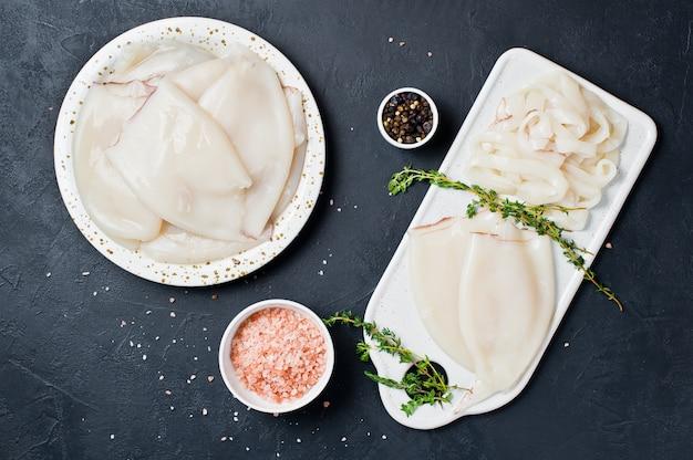 Das konzept des kochens des rohen kalmars