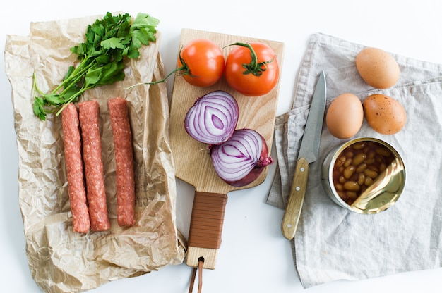 Das konzept des kochens eines englischen frühstücks auf einem weißen hintergrund und einem raum für text.