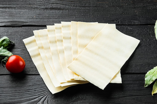 Das konzept des kochens von lasagne. zutaten, lasagneblätter