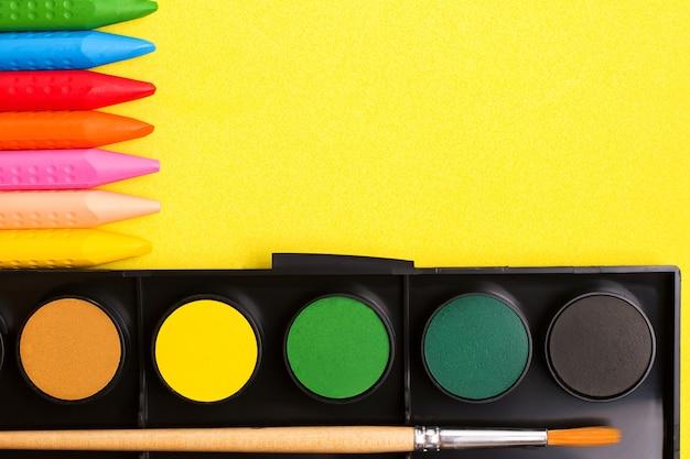 Das konzept des kreativen zeichnens von kindern. buntstifte und farben. ansicht von oben
