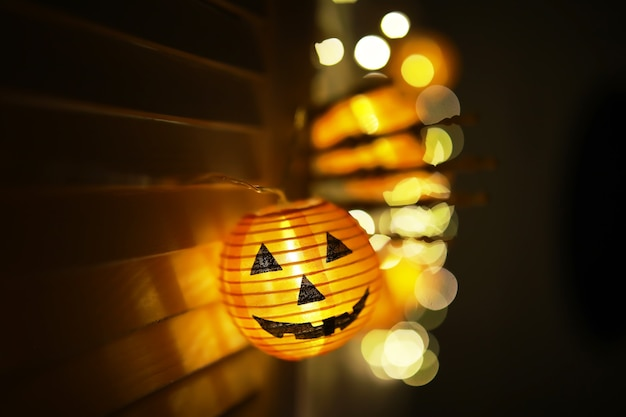 Das konzept des lichts in der nacht halloween.runde lampenform des kürbises verwendet, um mit bokeh zu dekorieren und platz für text zu kopieren.