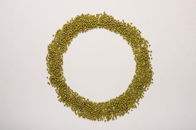 Das konzept des maischekreises in der mitte des platzes für textgesunde ernährung