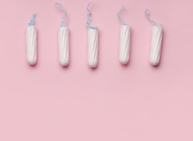Das konzept des menstruationszyklus bei frauen. tampons.