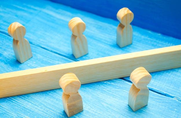 Das konzept des missverständnisses einer barriere in den beziehungen, die die gesellschaft leugnen. barrieren zwischen menschen