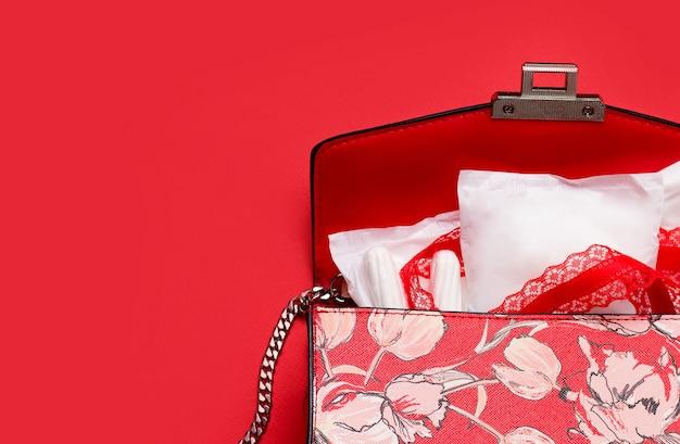 Das konzept des schutzes während des menstruationszyklus. slipeinlagen in einer frauentasche.
