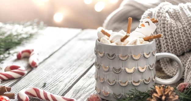 Das konzept des weihnachtskakaos mit marshmallows