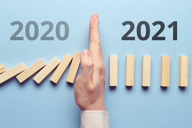 Das konzept, die krise, die pandemie und die finanziellen probleme im jahr 2020 zu stoppen. erfolgreiches neues jahr 2021.