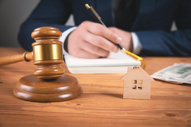 Das konzept einer immobilienauktion oder teilung eines hauses im falle einer scheidung. richterliche pregavor
