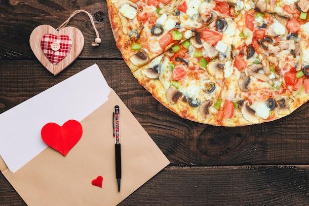 Das konzept einer werbebanner zum valentinstag pizza als geschenk mit platz für text