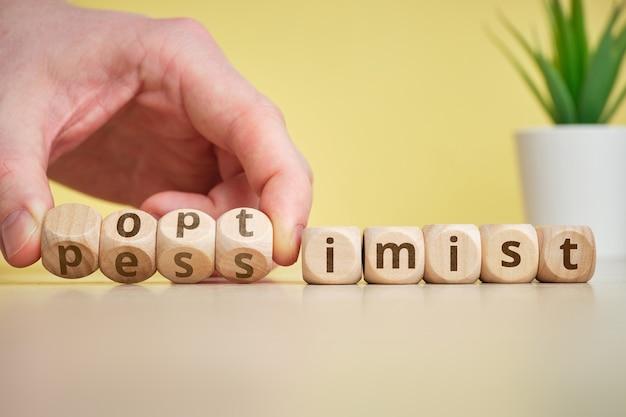 Das konzept von optimist und pessimist als antonyme und wechselnde stimmungen.
