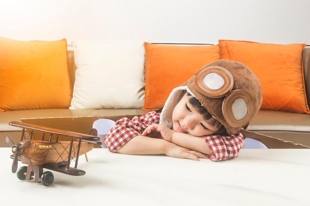 Das konzept von träumen und reisen. das kind spielt die rolle eines piloten und träumt davon, in den weltraum zu fliegen.