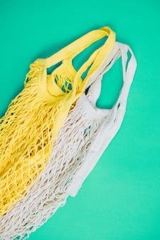 Das konzept von zero waste ohne plastik. wiederverwendbare einkaufstasche aus baumwolle auf blauem grund.