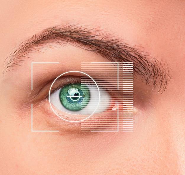 Das konzeptionelle bild des digitalen auges oder der identifizierung eines jungen mannes