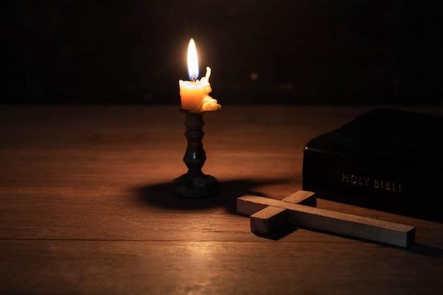 Das kreuz wurde zusammen mit der bibel auf den tisch gelegt