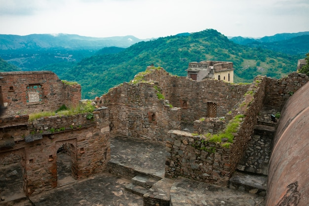 Das kumbhalgarh fort ist eine mewar festung, die im 15. jahrhundert von könig rana kumbha im rajsamand distrikt in der nähe von udaipur auf den aravalli hügeln erbaut wurde. es ist ein weltkulturerbe in hill forts von rajasthan.