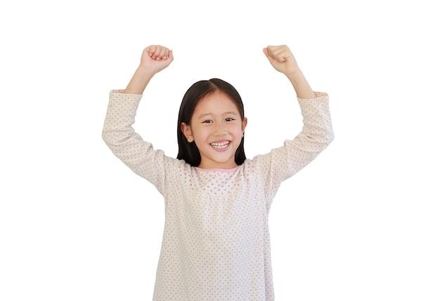 Das lächelnde asiatische kleine kind hob isoliert die hände