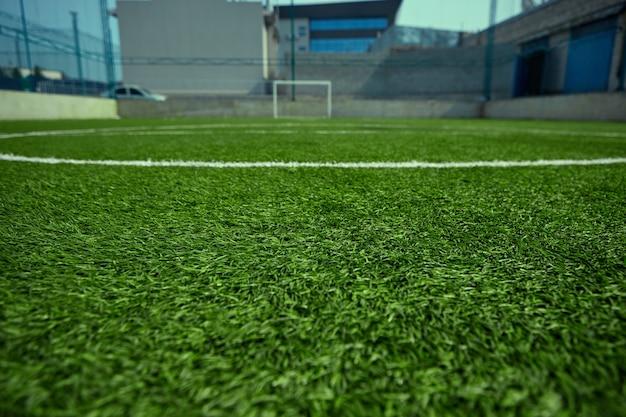 Das leere fußballfeld und das grüne gras