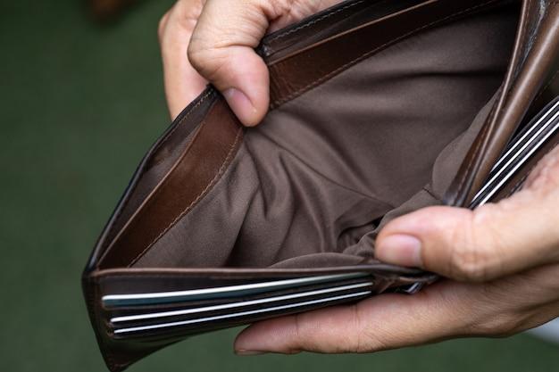 Das leere geld der geldbörse brach bargeld, wirtschaftlichen wirtschaftlichen bankrott.