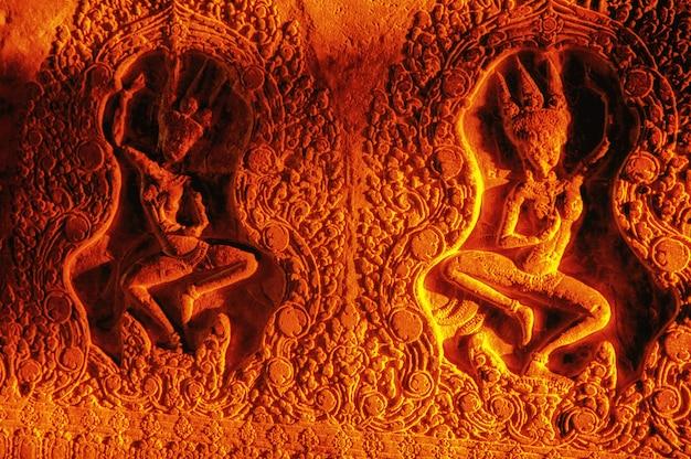 Das licht der aufgehenden sonne fiel auf die reliefs von angkor wat