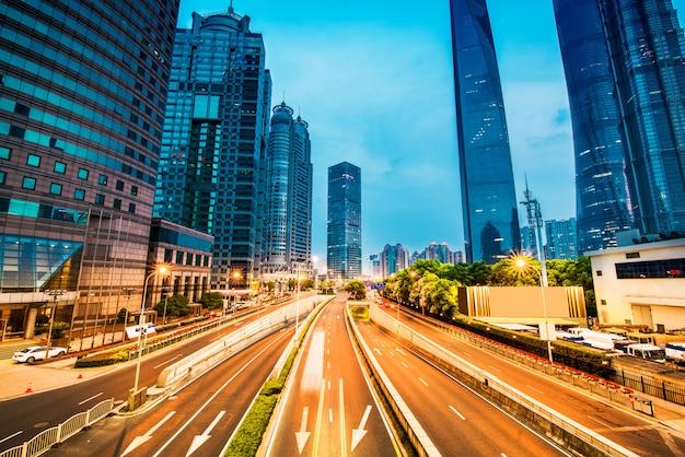 Das licht schleppt auf dem modernen gebäudehintergrund in shanghai-porzellan.