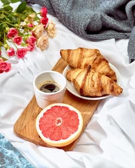 Das liebeskonzept auf dem tisch mit frühstück