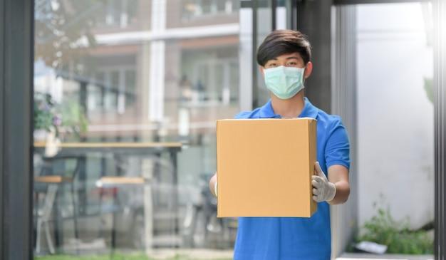 Das lieferpersonal trägt masken und gummihandschuhe, während es produkte an kunden liefert.