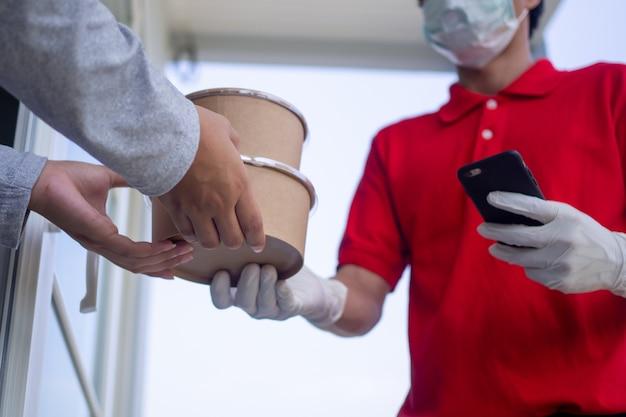 Das lieferpersonal trug uniformen mit masken und handschuhen