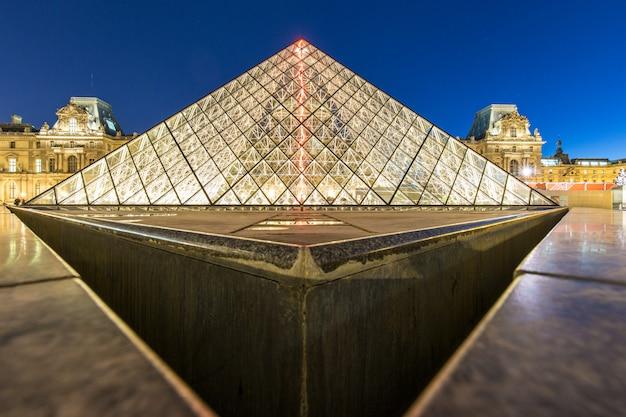 Das louvre-museum piramid nachts, paris, frankreich