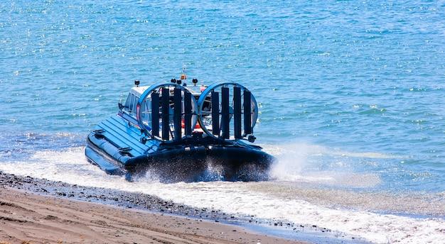 Das luftkissenfahrzeug auf dem pazifischen ozean in der halbinsel kamtschatka