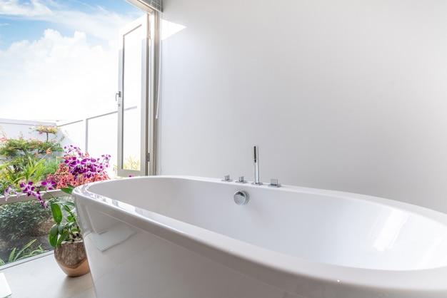 Das luxuriöse badezimmer verfügt über eine badewanne mit blumen