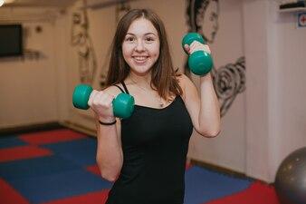 Das Mädchen beschäftigt sich mit Sport in der Turnhalle