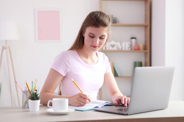 Das mädchen arbeitet von zu hause aus mit einem modernen laptop