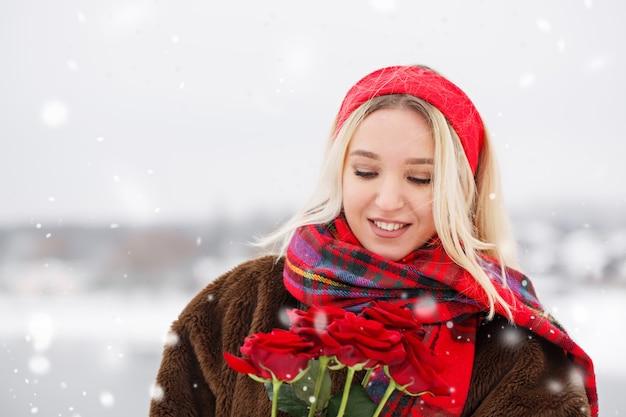 Das mädchen erhielt am valentinstag einen strauß roter rosen als geschenk