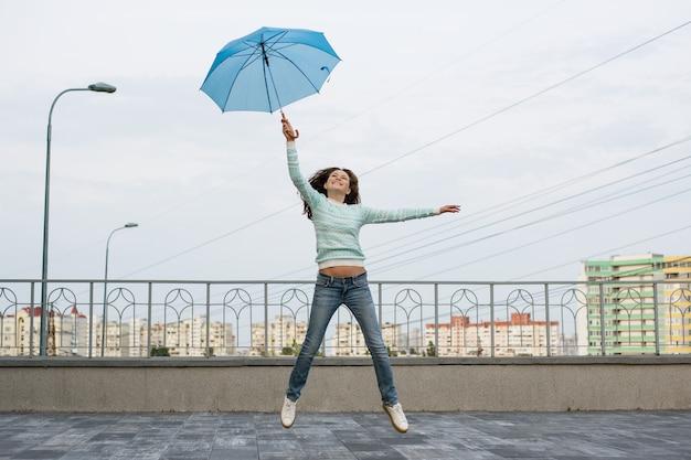Das mädchen fliegt mit einem regenschirm