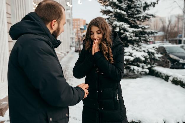 Das mädchen freut sich über den heiratsantrag ihres geliebten mannes