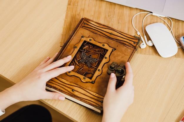 Das mädchen führt aufzeichnungen in ihrem tagebuch, macht geschäfte und geschäfte, benutzt einen computer und ein notizbuch