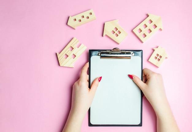 Das mädchen hält eine leere tablette für datensätze