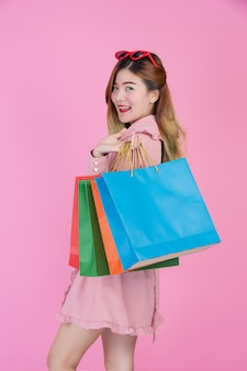 Das mädchen hält eine mode-einkaufstasche und schönheit