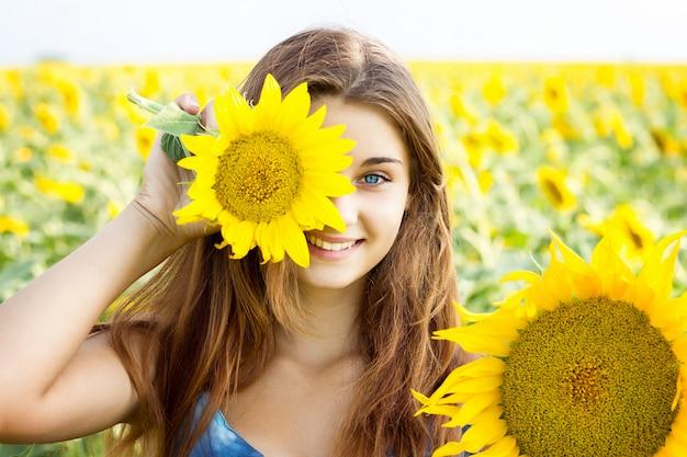Das mädchen im sonnenblumenfeld, das große, emotionale mädchen